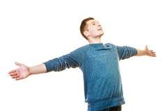 Erfolgreicher junger Mann des glücklichen Mannes mit den Armen angehoben Lizenzfreie Stockfotografie