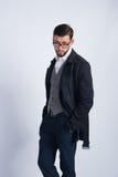 Erfolgreicher junger Mann in einem schwarzen Mantel lizenzfreies stockfoto