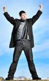 Erfolgreicher junger Mann im Freien Lizenzfreies Stockbild
