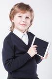 Erfolgreicher junger Mann mit einem Klemmbrettlächeln Lizenzfreie Stockbilder
