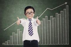 Erfolgreicher Kleinunternehmer über einem Geschäftsdiagramm stockfotos