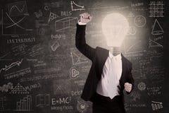 Erfolgreicher Lehrer mit Glühlampenkopf hob Hand in der Klasse an Lizenzfreie Stockfotografie