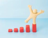 Erfolgreicher Mann auf wachsendem Einkommensdiagramm Lizenzfreies Stockfoto