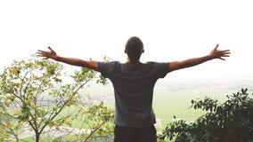 Erfolgreicher Mann, der Arme nach der Querbahn läuft auf Sommersonnenuntergang anhebt stock footage