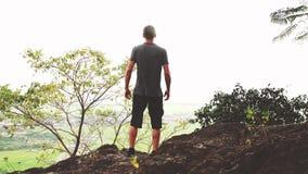 Erfolgreicher Mann, der Arme nach der Querbahn läuft auf Sommersonnenuntergang anhebt stock video