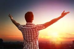Erfolgreicher Mann, der oben zum Himmel schaut Lizenzfreie Stockfotografie