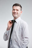 Erfolgreicher Mann glücklich für seine Leistungen stockfotografie