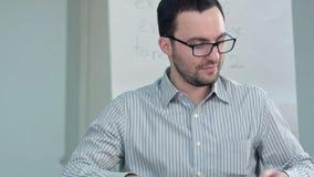 Erfolgreicher Professor, der das Geld, Dollar zählend verdient stockbilder