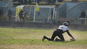 Erfolgreicher Quarterback erzielt Landung, Gerätball in gegenüberliegender Teamendzone stock footage