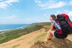 Erfolgreicher Trekkingsreisender, der auf die Oberseite sitzt Lizenzfreies Stockfoto