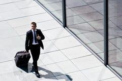 Erfolgreicher Unternehmensmann mit Gepäck Stockfotografie