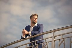 Erfolgreicher Unternehmer des Geschäftsmannes in der Klage geht sonniger Tag im Freien, Himmelhintergrund Geschäftsmannattraktive lizenzfreie stockfotos