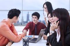 Erfolgreicher Vertrag im Büro Stockfoto