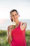 Erfolgreicher weiblicher Athlet trinkender Detox Smoothie Stockbild