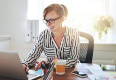 Erfolgreicher weiblicher Unternehmer mit einem neuen Geschäft stockfotografie
