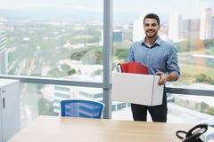 Erfolgreiches überzeugtes Geschäftsmann-Moving To New-Büro, das Kamera betrachtet stockfotografie