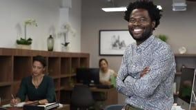 Erfolgreiches afrikanisches Geschäftsmannlächeln stock footage
