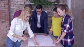 Erfolgreiches Arbeitsteam im modernen Büro, junger Chefmann mit den Mitarbeitern, die auf Entwicklungsprojekt von neuem sich besp stock footage