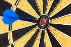 Erfolgreiches Auftragkonzept 3D übertrug Abbildung über weißem Hintergrund Schlagen des Zielzieles, blauer Stich der Zielleistung Stockbild