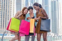 Erfolgreiches Einkaufen Schönes Mädchen im Kleid, das Einkaufsba hält Stockfotos