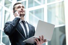 Erfolgreiches Geschäft Überzeugter Geschäftsmann, der im middl steht Lizenzfreies Stockfoto
