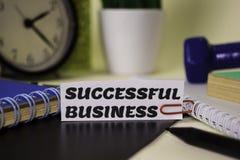 Erfolgreiches Geschäft auf dem Papier lokalisiert auf ihm Schreibtisch Gesch?fts- und Inspirationskonzept lizenzfreie stockfotografie
