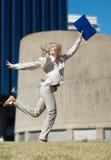 Erfolgreiches Geschäftsfrau-Holdingdokumentenfaltblatt lizenzfreies stockfoto