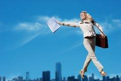 Erfolgreiches Geschäftsfrau-Holdingdokumentenfaltblatt stockfoto
