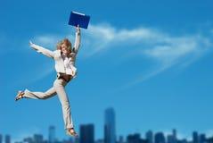 Erfolgreiches Geschäftsfrau-Holdingdokumentenfaltblatt stockfotografie