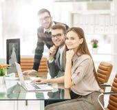 Erfolgreiches Geschäftsteam bei der Arbeit im Büro an einem Arbeitstag lizenzfreie stockfotos