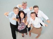 Erfolgreiches Geschäftsteam, das zusammen lacht Lizenzfreie Stockbilder