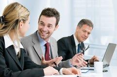 Erfolgreiches Geschäftsteam im Büro lizenzfreie stockfotos