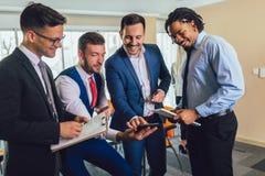 Erfolgreiches Geschäftsteam im Büro Selektiver Fokus lizenzfreie stockfotos