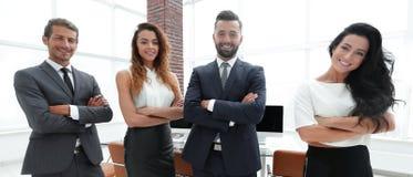 Erfolgreiches Geschäftsteam im Hintergrund des Büros Lizenzfreies Stockfoto