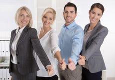 Erfolgreiches Geschäftsteam im Porträt: mehr Frau als Männer mit THU Stockbilder