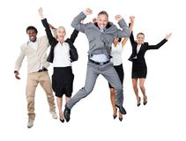 Erfolgreiches Geschäftsteam mit den Armen hob über weißen Hintergrund an Lizenzfreie Stockfotos