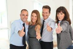 Erfolgreiches Geschäftsteam mit den Daumen oben Lizenzfreies Stockbild