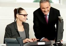 Erfolgreiches Geschäftsteam, das zusammenarbeitet Lizenzfreies Stockbild