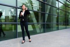 Erfolgreiches Mittelmädchen, das auf moderne Stadt geht Lizenzfreie Stockbilder