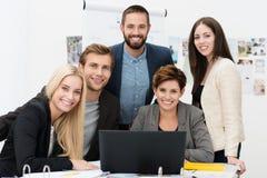Erfolgreiches multiethnisches Geschäftsteam lizenzfreie stockbilder