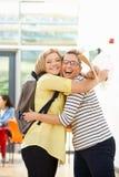 Erfolgreiches Prüfungs-Ergebnis Lehrer-Congratulating Pupil Ons Stockfotografie