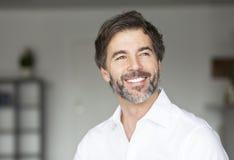 Erfolgreiches reifes Mann-Lächeln Lizenzfreie Stockbilder