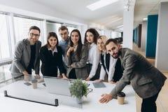 Erfolgreiches Team bei der Arbeit Gruppe junge Geschäftsleute, die im kreativen Büro zusammenarbeiten und in Verbindung stehen stockfotos