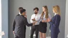 Erfolgreiches Verhandlungsabgeschlossen mit einem Händedruck eine Gruppe des jungen Geschäftsmannes auf Geschäftstreffen stockfotografie