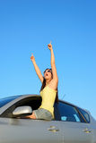 Erfolgreiches weibliches Fahrerzeigen Stockfotos
