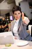 Erfolgsgeschäftsfrau im Café Stockfoto