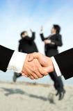 Erfolgsgeschäftsmänner, die Hände rütteln lizenzfreie stockfotos