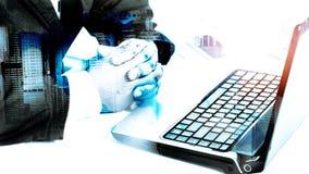 Erfolgsgeschäftsmann unter Verwendung des Laptops Stockfoto