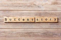 Erfolgsgeschichtewort geschrieben auf hölzernen Block Erfolgsgeschichtetext auf Tabelle, Konzept Stockfoto