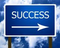 Erfolgsrichtungs-Straßen-Straßenschild und der Himmel Stockbilder